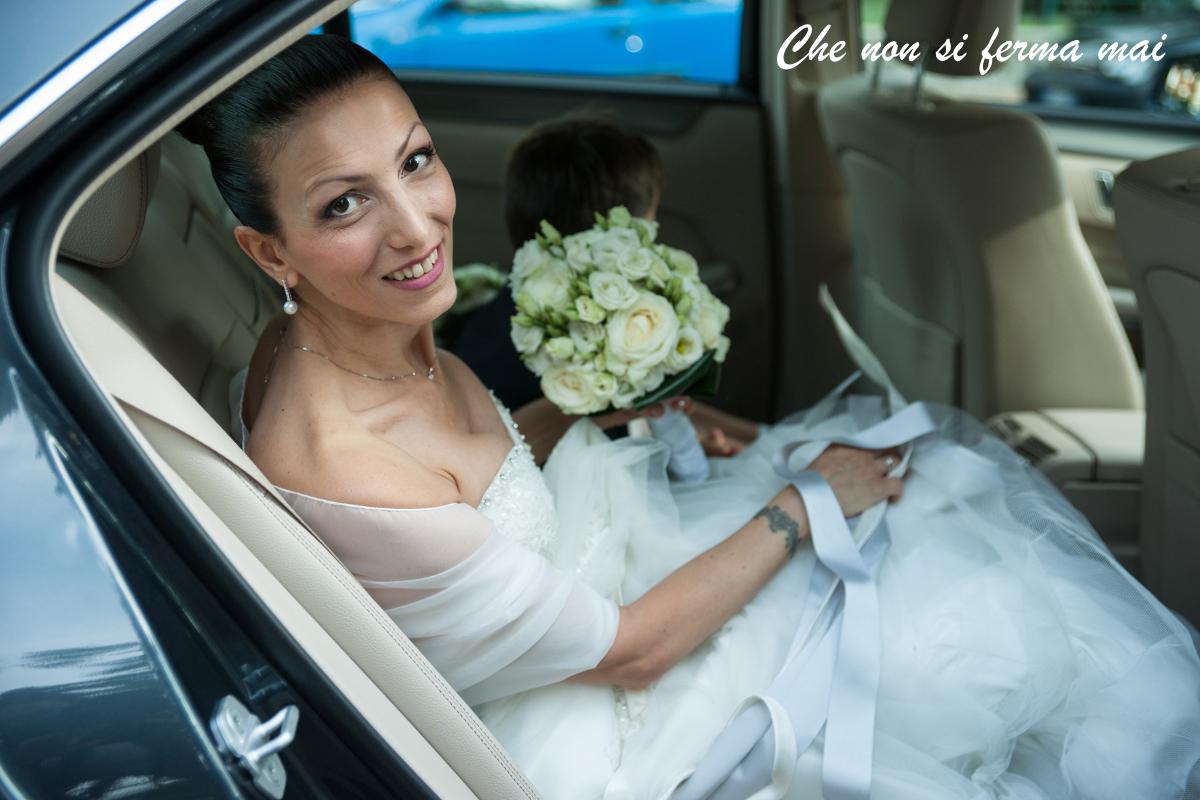 Paola il giorno delle nozze, appena seduta in macchina, ritratto in primo piano