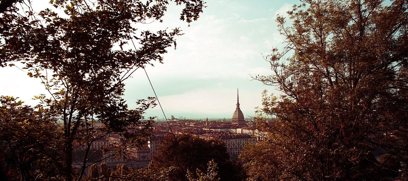 Foto panoramica di Torino e della Mole Antonelliana scattata in una giornata autunnale